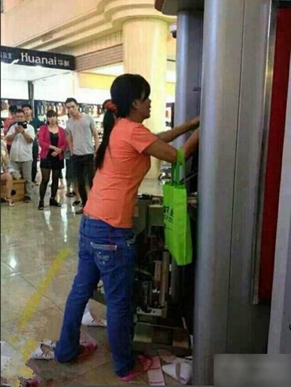 china-dongguan-chinese-woman-tears-apart-atm-machine-swallowed-card-01-600x798