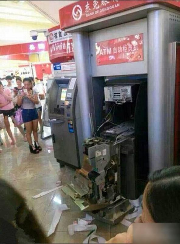 china-dongguan-chinese-woman-tears-apart-atm-machine-swallowed-card-03