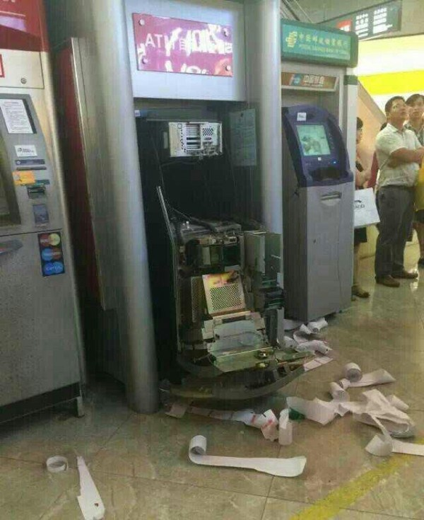 china-dongguan-chinese-woman-tears-apart-atm-machine-swallowed-card-06-600x735
