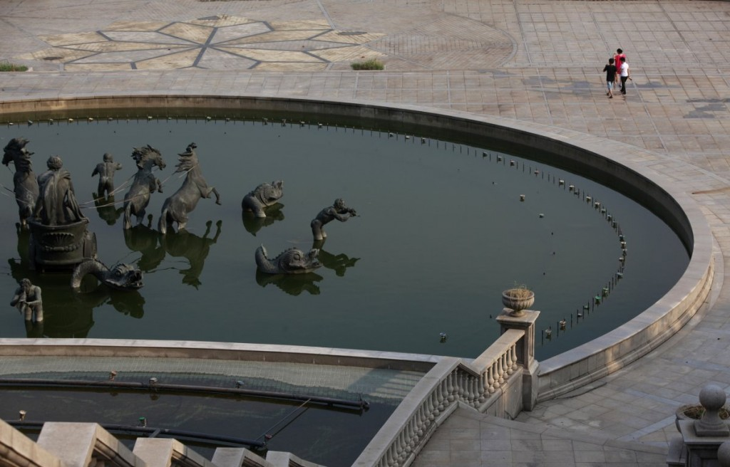 they-even-built-a-fountain-inspired-by-the-famous-fountain-in-the-gardens-of-the-palace-of-versailles