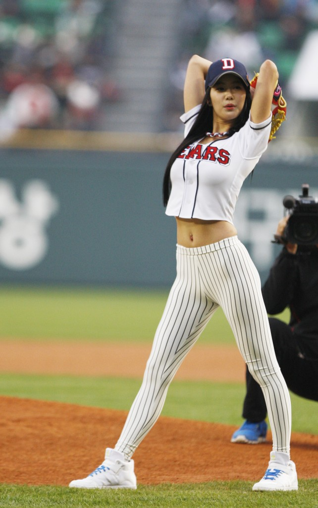 clara-lee-baseball-pitch