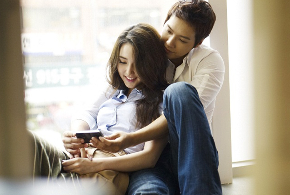 korean-couple-enjoying