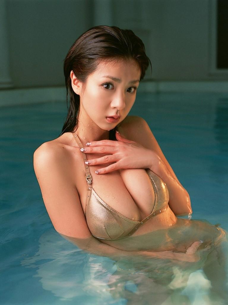 Aki Hoshino Bikini